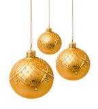 Perfekta guld- julbollar som isoleras på vit Royaltyfria Bilder