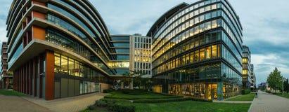 Perfekta moderna kontorsbyggnader på skymning arkivbild
