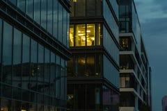 Perfekta moderna kontorsbyggnader på skymning Arkivbilder