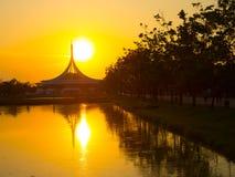 Perfekta reflexioner av iconic byggnad på vattendammet på Suan Luang Rama IX parkerar, gränsmärket av Thailand med härlig solnedg fotografering för bildbyråer
