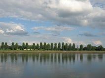 Perfekta reflexioner på en sjö Arkivfoton