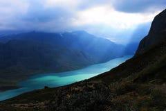 Perfekte Ansicht zum Wasser in Besseggen-Reise nahe Gjende in Norwegen, Europa lizenzfreies stockbild
