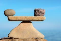Perfekte Balance von Steinen Stockfotografie