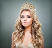 Perfekte Blondine mit goldener Tiara auf ihrem Kopf Stockfotografie