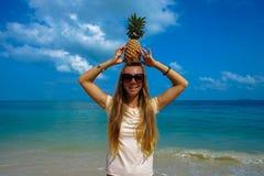 Perfekte Ferien Junge Frau auf dem Strand von Formentera-Insel Junge schöne lustige vorbildliche haltene Ananas auf Kopf mit Läch Stockbilder