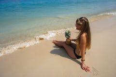 Perfekte Ferien Junge Frau auf dem Strand von Formentera-Insel Junge schöne vorbildliche haltene Ananas, die auf dem Strand am so Lizenzfreie Stockfotos