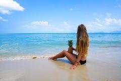 Perfekte Ferien Junge Frau auf dem Strand von Formentera-Insel Junge schöne vorbildliche haltene Ananas, die auf dem Strand am so Stockbild