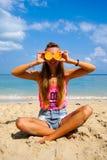 Perfekte Ferien Junge Frau auf dem Strand von Formentera-Insel Junges schönes lustiges Modell halten orange in den vorderen Augen stockfotografie