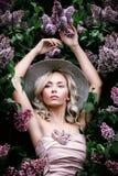 Perfekte Frau mit Blumen Lizenzfreie Stockfotografie