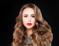 Perfekte Frau mit langem gewelltes Haar-und Ereignis-Make-up Lizenzfreie Stockfotos