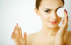 Perfekte gesunde Frau mit weißen Baumwollauflagen Hygienisch, Cleansin stockfotografie