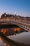 Perfekte Halfpenny-Brücken-Reflexion Stockbild