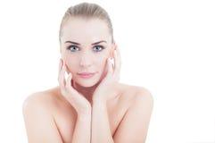 Perfekte Hautfrau, die ihr Gesicht als skincare Konzept berührt Lizenzfreie Stockbilder