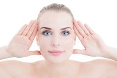Perfekte Hautfrau, die ihr schönes Gesicht gestaltet Lizenzfreies Stockfoto