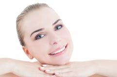 Perfekte Hautfrau mit dem freundlichen Gesichtslächeln Stockbild