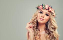 Perfekte junge Frau mit Blumen-Frisur Lizenzfreie Stockfotos