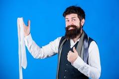 Perfekte Krawatte Arten von Krawattenzus?tzen Durch das Darstellen poliert, Arbeit oder nach Sozialgelegenheiten zu suchen, Krawa stockfotografie