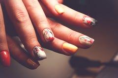 Perfekte Maniküre und natürliche Nägel Attraktives modernes Nagelkunstdesign Gelpolitur angewendet lizenzfreies stockfoto
