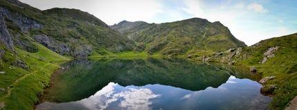 Perfekte Reflexion auf einem Teich in Pyrenäen Stockfotografie
