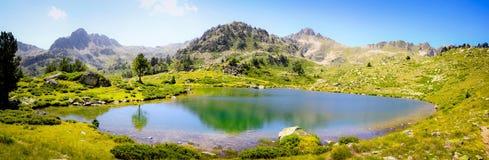 Perfekte Reflexion auf einem Teich in Pyrenäen Stockbild