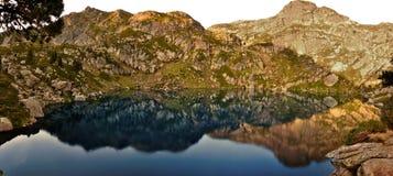 Perfekte Reflexion auf Teufel ` s Teich Stockbilder