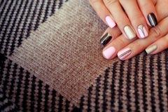 Perfekte saubere Maniküre mit nullhäutchen Nagelkunstdesign für die Modeart stockfotografie