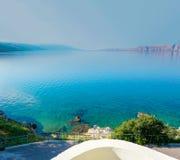 Perfekte Seeansicht mit Insel Stockbilder
