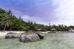 Perfekte tropische Bucht auf Koh Tao Island mit Kalkstein Lizenzfreies Stockfoto