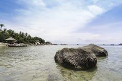 Perfekte tropische Bucht auf Koh Tao Island mit Kalkstein Stockbilder