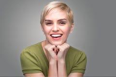 Perfekte Zähne des netten Elf-Haarschnitts der Persönlichkeit des Spaßes sprudelnden entzückenden modernen jungen neuen lächeln Stockfotos