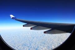 Perfekter blauer Himmel von einem flachen Fenster lizenzfreie stockfotos