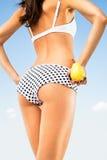 Perfekter dünner Körper der Frau, der eine Birne hält. Stockfotografie