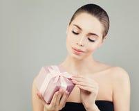 Perfekter junge Frauen-Mode-Modell-Opening Pink Gift-Kasten Stockbild