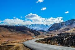 Perfekter Schnee des Bildes bedeckte die Drachenberge-Berge und grüne Ebenen in Underberg nahe Sani-Durchlauf Südafrika mit einer lizenzfreie stockfotografie
