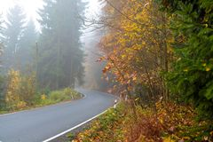 Perfekter sonniger Herbsttag in den Bergen stockfotografie