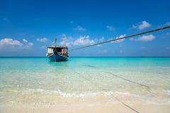 Perfekter Tropeninselparadiesstrand und altes Boot Lizenzfreie Stockfotografie