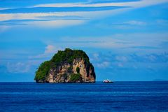 Perfekter Tropeninselparadiesstrand und altes Boot Stockbilder