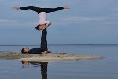 Perfektes acroyoga Schönes junges Paar tut Yoga Stockfotografie