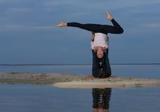 Perfektes acroyoga Schönes junges Paar tut Yoga Stockbild