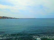 Perfektes blaues adriatisches Meer, Leuchtturm und Himmel, Hafenstange, Montenegro, Europa Stockfotografie