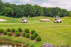 Perfektes gewelltes Gras auf einem Golffeld Stockfotos