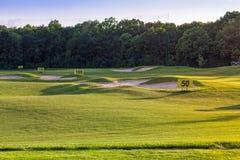 Perfektes gewelltes Gras auf einem Golffeld Lizenzfreies Stockfoto