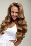 Perfektes Haar Gelocktes Haar Schönheits-vorbildliches With Long Blondes Lizenzfreie Stockfotografie