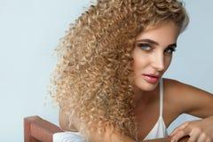 Perfektes Haar Gelocktes Haar Schönheits-vorbildliches With Long Blondes Stockfotos