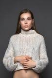 Perfektes Mädchen auf die weiße Strickjackennahaufnahmemode und -schönheit Stockfoto