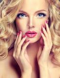 Perfektes Make-up und rosa Maniküre lizenzfreie stockfotografie