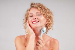 Perfektes neues sauberes Hautkonzept Schöne Frau, die ihre Karosserie wäscht stockfoto