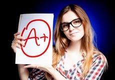 Perfektes Plus der Schulnote A der Prüfung und des glücklichen Mädchens Lizenzfreie Stockbilder