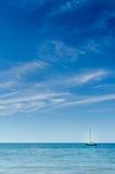 Perfektes Sommer-Tagesblaues Ozean-Wasser und Himmel rechtes Vertic segeln Lizenzfreie Stockbilder