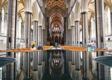 Perfektes Spiegel-Bild der Salisbury-Kathedralen-Architektur in der Wassereigenschaft stockbilder